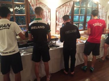 各国選手がビュッフェスタイルの夕食を選ぶ(photo:CyclismeJapon)