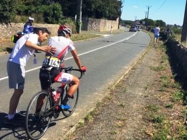 浅田監督が頭部のケガの大事を取って、小野寺玲にリタイアの説得をする(photo:CyclismeJapon)