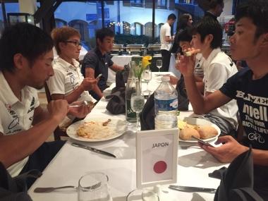日本U23チームのディナータイム(photo:CyclismeJapon)