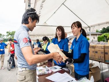 秋田県といえばお米! 大会受付では、秋田美人が地元のお米を持ってお出迎え。豪華な参加賞でみんな喜んでいた