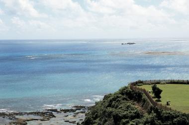 知念岬からはパワースポット久高島が望める
