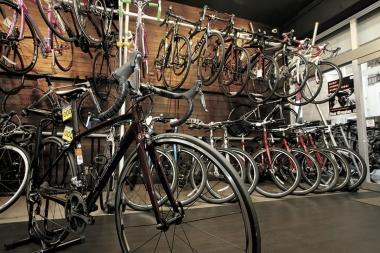 クロスバイク、ロードバイクを含めたレンタサイクルがトータルで約100台常備されている店舗。最新の電動変速搭載モデルもあり。各サイズに応じて案内をしている