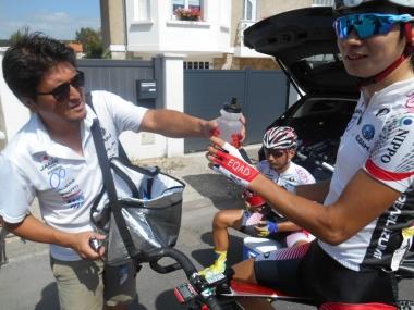 レース後、選手にボトルを渡す穴田悠吾マッサー(photo:CyclismeJapon)
