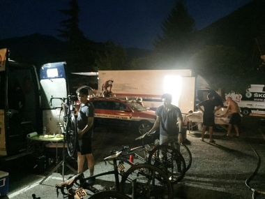 夜まで仕事が続くメカニックたち(photo:CyclismeJapon)