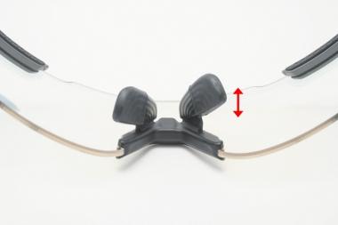 安定感のある固定式ノーズパッドは、2段階で高さを調節可能