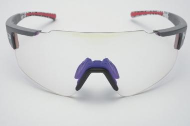 写真は紫外線に当たっていない状態の調光レンズ。モデル着用の濃い色まで、およそ40秒ほどで変化する