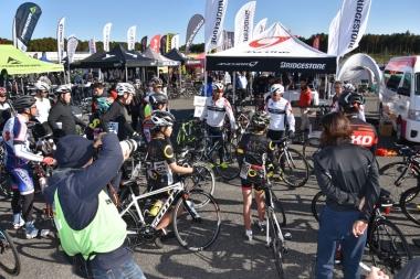 ブリヂストンの堀 孝明選手や、元選手の藤田晃三、飯島誠、清水都貴3氏を講師に、実際にサーキットを走行するロードバイクスキルアップセミナーが開催された
