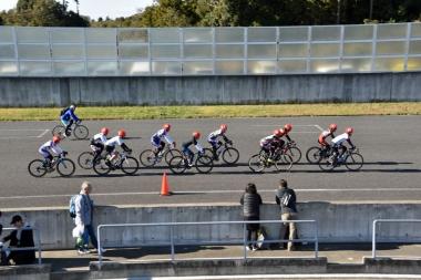 ロードバイクスキルアップセミナーでは、10人前後のグループに分かれてサーキットを走行。先頭交代のやり方など、集団走行についてのレクチャーを受けられた