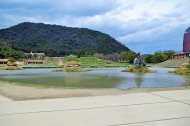 広大な土地に建てられているラコリーナの中庭。池は田んぼで丘は棚田なんだとか