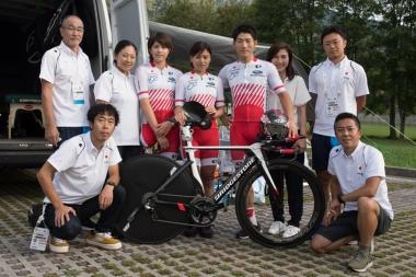 今大会の日本チームの選手・スタッフ(MBは出場時間帯が違ったため別に撮影)。選手は右から川本翔大(しょうた)、野口佳子(けいこ)、藤井美穂