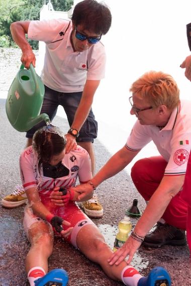 現地はこの夏の東京以上の蒸し暑さと高温で、レースは酷暑との戦いに。「走った後はいつもこうなので大丈夫」というが、足の痙攣と痛みを訴え座り込む野口