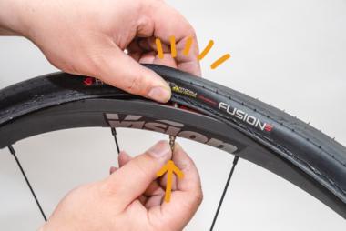 【A】バルブを上に押し、その根本部分がタイヤ内部に収まるようにする