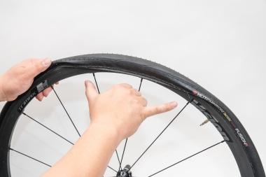 タイヤをはめ込んでいくと、最後の30〜40cm(指で示したあたり)が固くなる