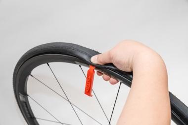 【A】外れた部分を上から指でしっかりと抑えるとタイヤレバーが外れる