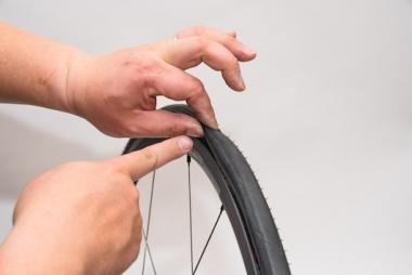 タイヤ側面(サイドウォール)を指でしっかりとつまむ