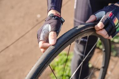 タイヤを回しつつ、表面に異物が刺さっていないか、傷がついていないかを一周くまなく確認する