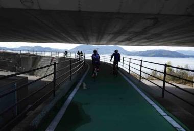 しまなみ海道の橋と島一周道路からアクセスする区間は、自転車・歩行者道路。走りながら多島海の景色を眺められる