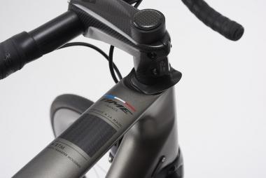 ヘッドパーツは独自のクイックセットを踏襲。ヘッドチューブ上端を落とし込む設計により、アイゾンよりステム位置を9mm下げることが可能に