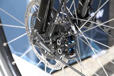 ブレーキキャリパーはマグラ製。ローターには制動面の内側にホイールのロックを感知するためのフィンが備わる