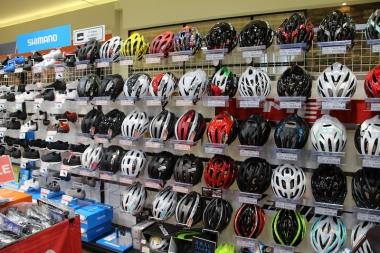 バイクやウェアに合わせてコーディネートしたいヘルメットコーナーも充実したアイテム数を販売