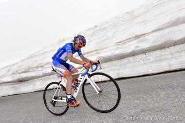 ジロ・デ・イタリア第19ステージで山岳賞リーダーを着ながら走るダミアーノ・クネゴ