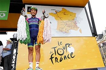 フランス本国でも、さいたまクリテリウムの期待が高まっている!写真はツール第3ステージ、新城幸也選手と「鶴deFrance」の千羽鶴