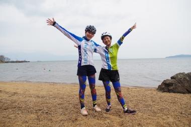 池永副知事(左)と知事秘書の高橋裕佳さん。ビワイチジャージを着用