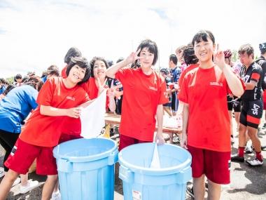 地元の学生ボランティアの皆さん。コース中の補給ゾーンで選手に水を渡してくれたり、レース後に冷えたタオルや飲み物を渡したりと大活躍だった