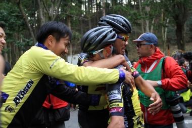 チーム悲願の勝利に監督、チームメイトが喜びの涙を流しながら抱擁を交わす