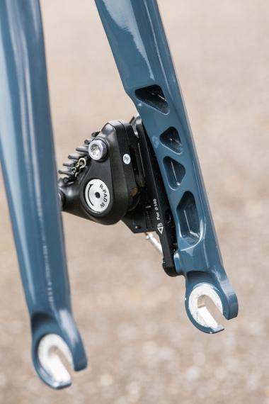 フォークはアルミ製で、フラットマ ウントのディスクブレーキもしくはリムブレーキに対応。タイヤ幅はビード座直径451mmなら28mmまで、406mmなら40mmまで許容(ディスクのみで対応)