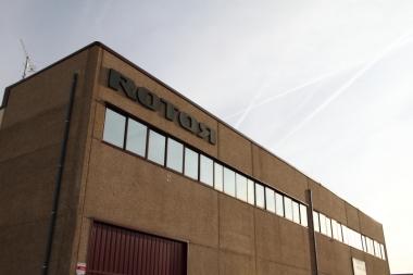 いかにも製造業といった感じの飾り気のない本社ビル