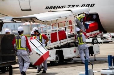 SBCONが空港職員の手によって丁寧に飛行機の荷室へと運ばれて行く。