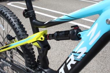 ロックショック製リヤサスペンションを備えることで、あらゆる地形に対する走破性とともに、eバイクならではのアシスト効率を向上させる