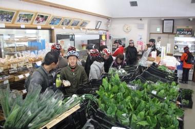 見山の郷では地元でその日に採れた野菜や、パンなど食品が販売されている