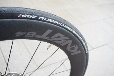 このバイクのために用意されたKNØT(ノット)64mmハイトのホイールは、23cのタイヤを装着した際に空力が最適化される設計。リム幅は広く、23cが実測26mm幅へとボリュームアップする