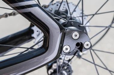 ピュアTTバイクによく採用されるストレートエンドではなく、ロードエンドが採用されている。リヤホイールの着脱しやすさを優先した
