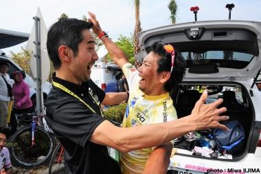 日本代表チームの浅田監督と喜びを爆発させる新城 photo:Miwa IIJIMA