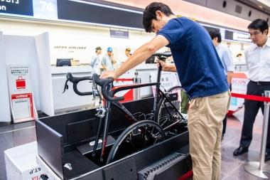 箱の内部を見れば手ほどきを受けずとも、おおよそ自転車と車輪の収納の仕方が分かる。前輪を箱の側面に差し込み、後輪を付けたままのバイクを中央部に置く。