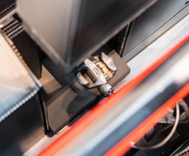 バイクは左右のペダルを軸にして支えられる。フロントエンドが宙に浮く構造になっていて、エンド部やヘッドパーツへ衝撃が加わらないのでバイクに優しい。各部には厚手のウレタン素材がしっかり貼られている。
