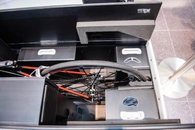 内部はヘルメットやシューズ、着替えなどが入るスペースがあるので、バイクキット全てをSBCONに収納できるのもうれしい。収納場所を示すアイコンがあるので分かりやすい。