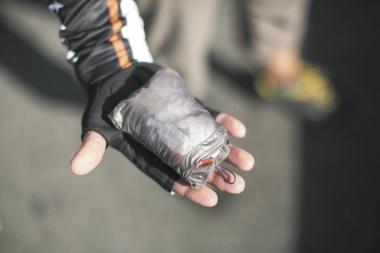 ポケッタブルデザインで、収納時は手のひらに収まるほどコンパクトに。重量は超軽量の55g。携行していてもまったく気にならない