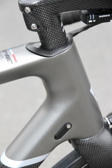 ヘッドチューブ上端を落としたデザインを与えることで、より低いハンドル位置を実現する。タイム独自のヘッドシステム、クイックセットは40g軽量化されて、全てがヘッドチューブへ内蔵される
