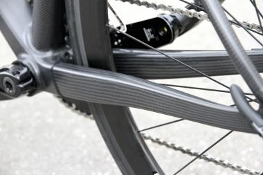 新たに角形の断面形状を採用したチェーンステー。アイゾンと比べると、そのボリュームはかなり増した印象を受ける。パワーラインの剛性強化に効いているはずだ。タイヤ幅は最大28mmまで対応
