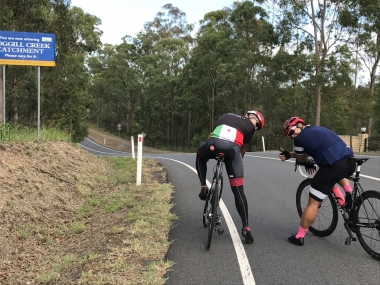 ブリスベン在住の自転車仲間、ナオヤさん(左)とヨシさん(右)。「上りの馬力が足りてないよ~!もっとがんばって!」とカツを入れられながらも、最後まで見捨てずに優しく引っ張ってくれたお二人に感謝です(涙)