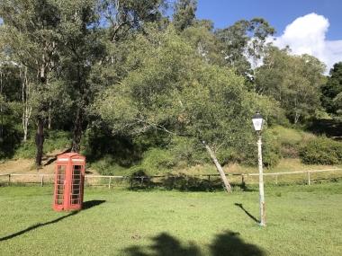 牧草地にポツンと置かれた街灯と真っ赤な電話ボックス。ファンタジー小説に出て来そうな光景です。すぐ横では馬が草をはんでいました。