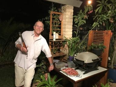 庭のBBQコンロでラムチョップを焼くジェフェリーさん。オーストラリアではBBQのことを「バーベキュー」の他に「バービー」と呼んだりします。オージーにとって大事なコミュニケーションのツールでもあります
