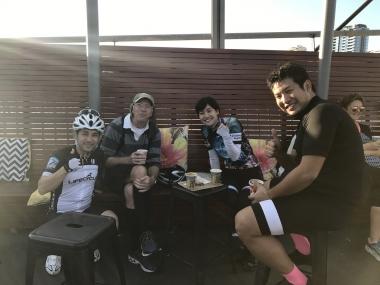 ケンタロウさん(左端)が来ているジャージはブリスベンのバイクショップ、LIFECYCLEのもの。またブリスベンに遊びにいらしてくださいね!