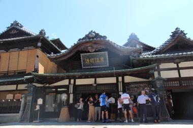 松山空港に着く前には道後温泉本館でひと風呂浴びてきた。