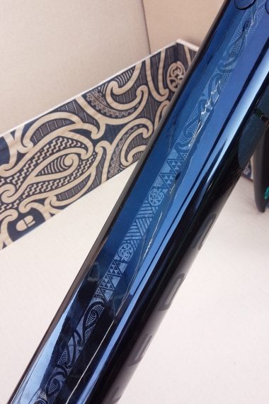 ダウンチューブ上部にあしらわれたデザインはマオリの伝統的な意匠