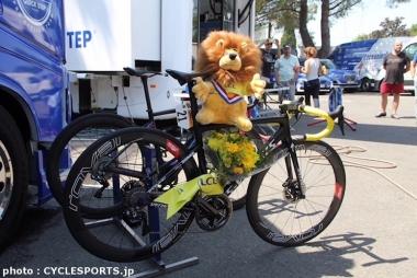 アラフィリップのバイクにもライオンのぬいぐるみが飾られていた